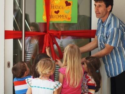 Einweihung Simon mit Schleife und Kids